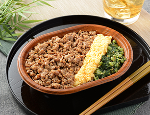 三色鶏そぼろご飯(もち麦入りご飯)