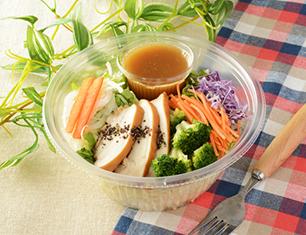 1食分の野菜とスモークチキンのパスタサラダ