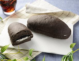もっちりとした黒いコッペパン クッキー&クリーム
