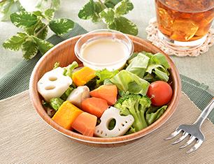 緑黄色野菜と根菜サラダ