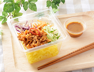 ピリ辛肉味噌のこんにゃく麺サラダ